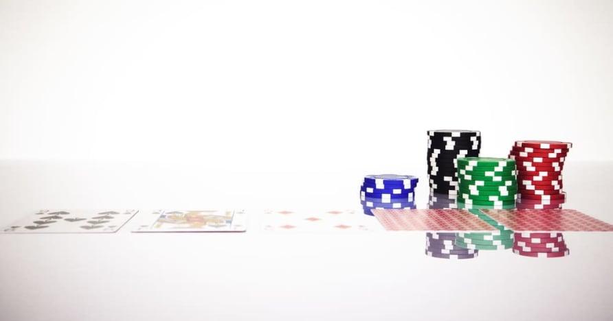 Izprotiet Blackjack Soft 17 likumu tiešsaistes azartspēlēs